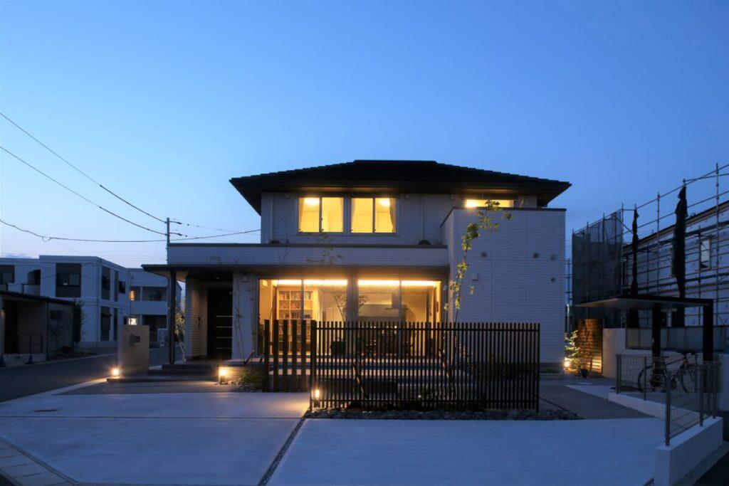 存在感あるお家とつながるお庭 リビングからつながる広さ30m2のタイルデッキ