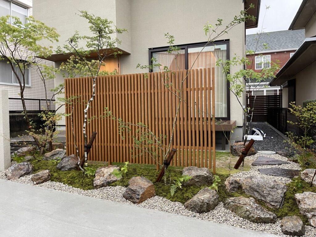 緑と自然石がちょうど良く調和した和モダンなお庭